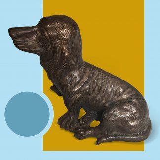 Bronzefigur sitzender Dackel
