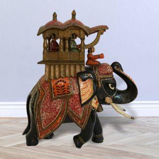 Indischer Holzelefant geschmückt für Prozession